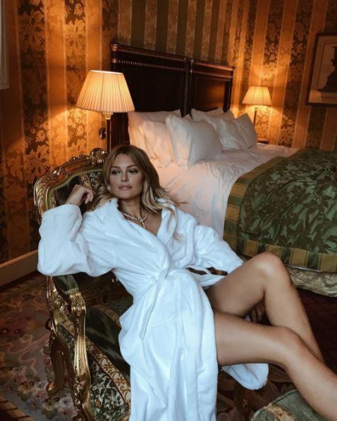 actu caroline receveur sexy en peignoir sur instagram photo les stars et. Black Bedroom Furniture Sets. Home Design Ideas