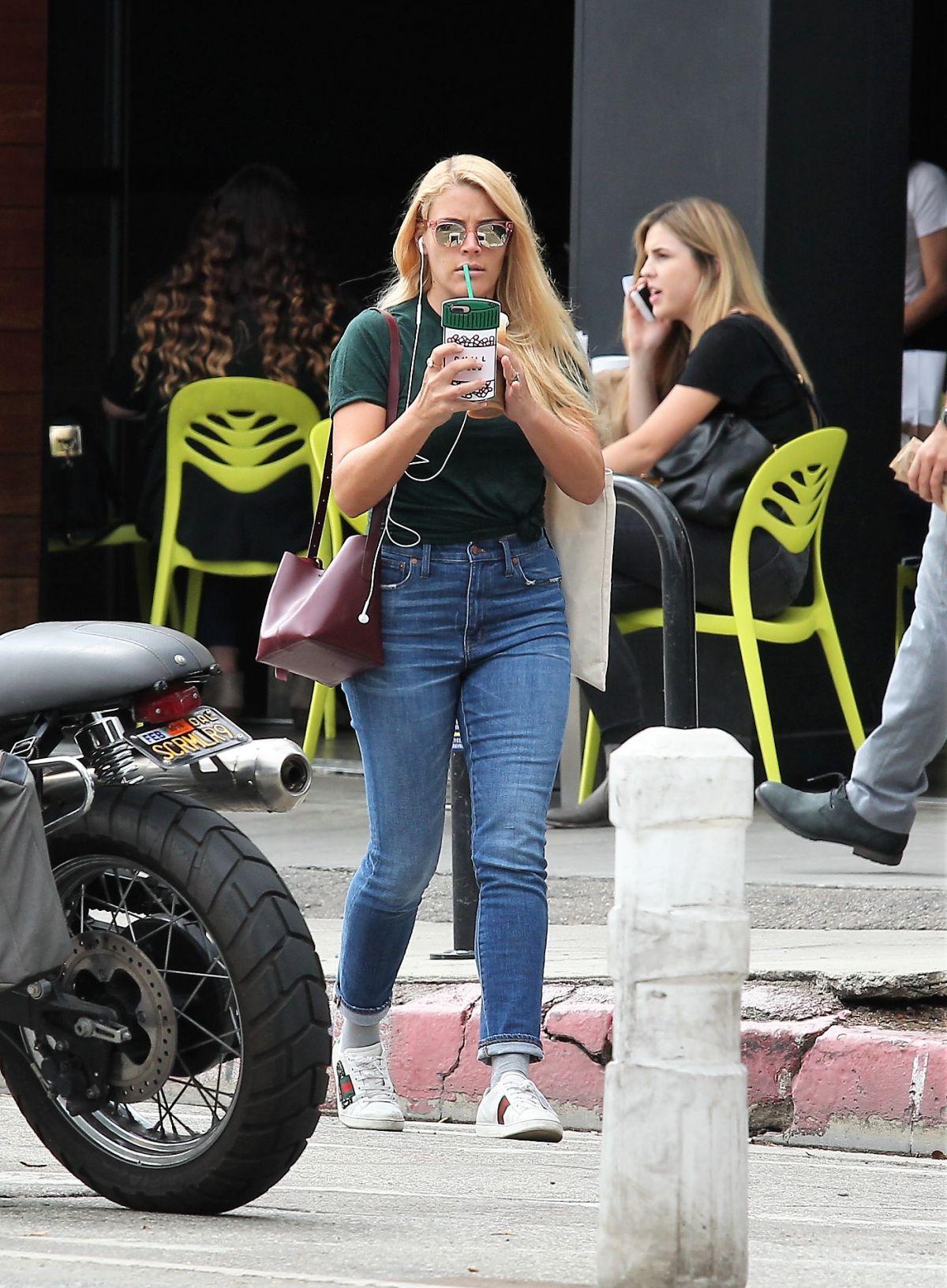 BUSY PHILIPPS chez Starbucks à Los Angeles 20/09/2017