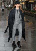 Kelly Brook est superbe dans les tenues décontractées alors qu'elle sort avec un pantalon de jogging gris avec un manteau long et des bottes à Londres, au Royaume-Uni