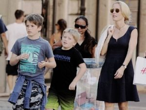 جيليان أندرسون مع أبنائها