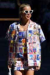 Ashley Roberts dans une mini-robe graphique multicolore et un blazer assorti 16/06/2021