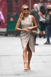 Amanda Holden dans une robe midi beige - Londres 17/06/2021