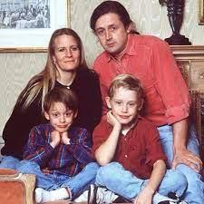 ماكولاي كولكين مع والديه