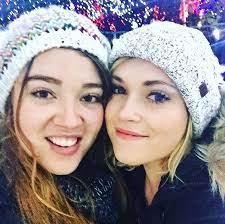 إليزا تايلور مع أختها